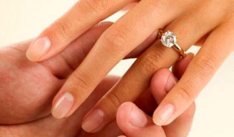Përse unaza e martesës vendoset në dorën e majtë?