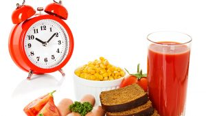 Si të humbni peshë duke rregulluar oraret e ushqimit