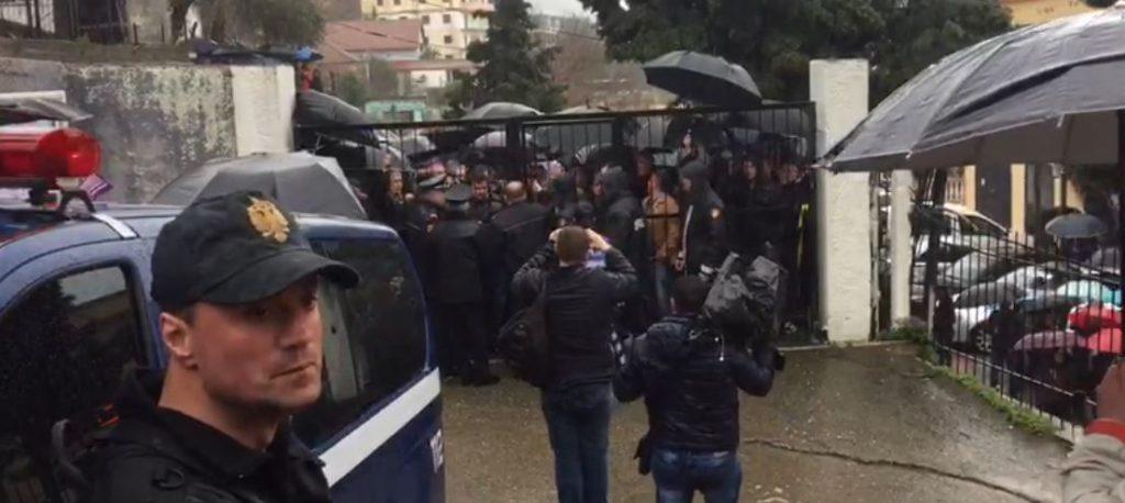 Mbështetësit e Fran Frrokajt kërkojnë lirimin e tij