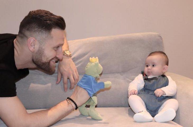 Shkodran Mustafi uron të bijën për 1 vjetor  Fotoja do ju ëmbëlsojë zemrat