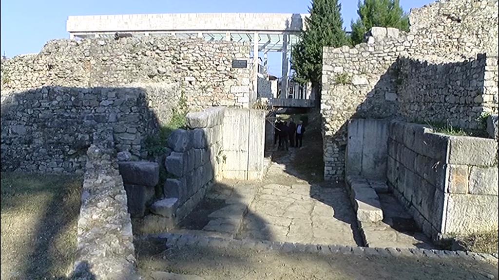 Lezhë  del në dritë porta antike në Parkun Arkeologjik