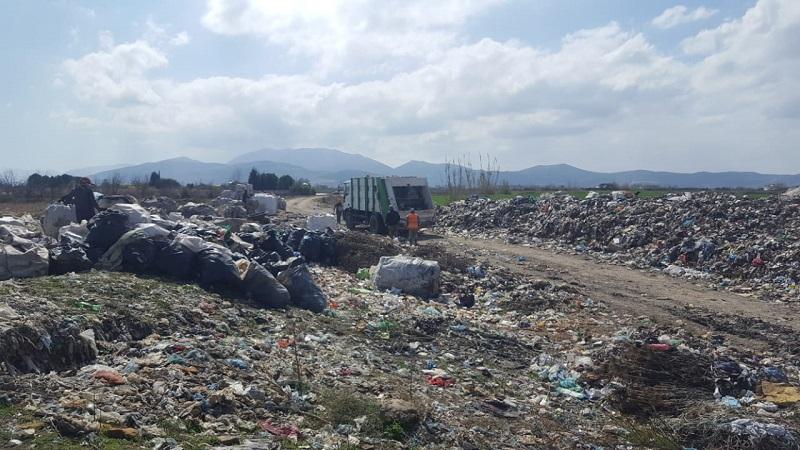 Alarmi  Bregu i lumit Devoll në Kuçove i kthyer në kazan masiv mbetjesh
