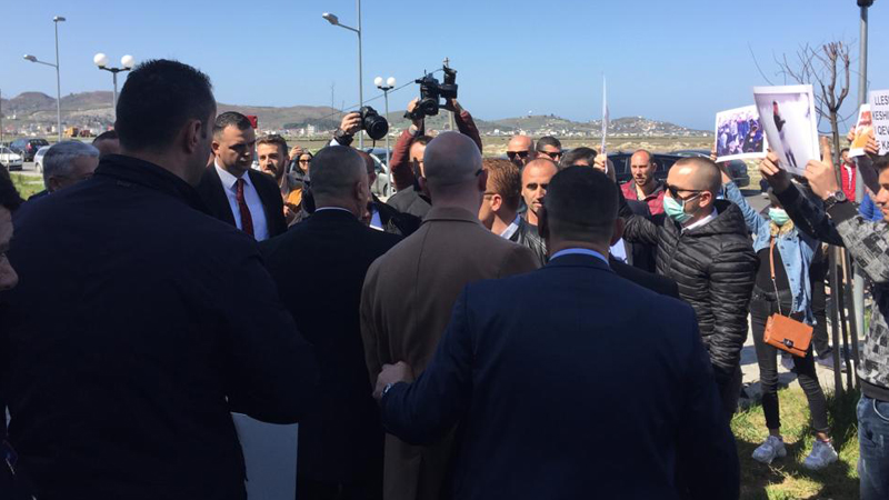Lleshaj pritet me protesta në Durrës  mbështetësi i PD  Na helmuat me gaz