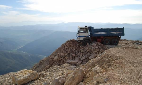 Rrëzohet kamioni me pllaka guri në Tomorr  vdes shoferi 36 vjeç