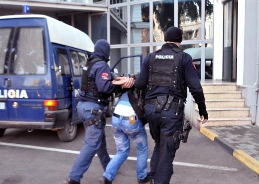 Mashtronte dhe falsifikonte vula  pranga 46 vjeçarit në Tiranë