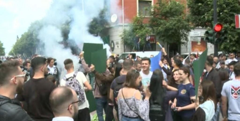 Studentët thyejnë xhamat e Ministrisë së Arsimit