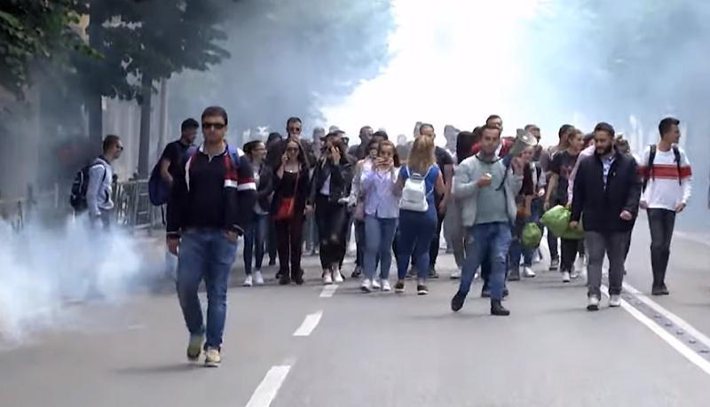 Studentët djegin kushtetutën e thyejnë xhamat  5 kërkesa të reja