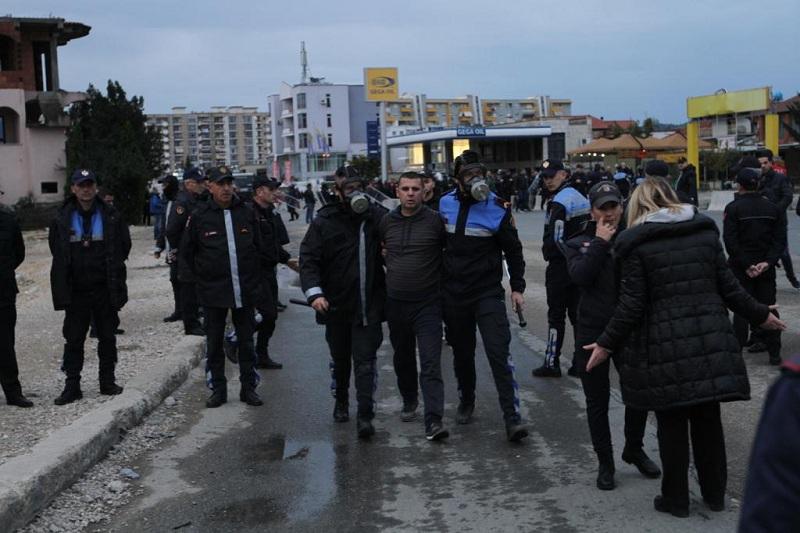 Përplasjet në Unazë  lëndohen 6 banorë dhe 4 efektivë policie