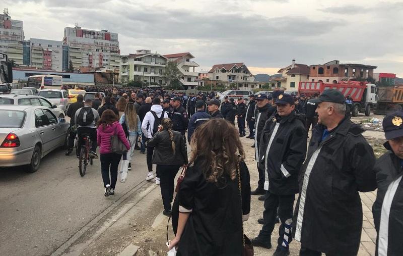 Unaza e Re  IKMT nis prishjen e banesave  përplasje mes banorëve e policisë