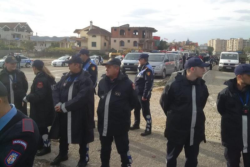 Përplasja për prishjen e banesave  kaos me trafikun tek Unaza e Re