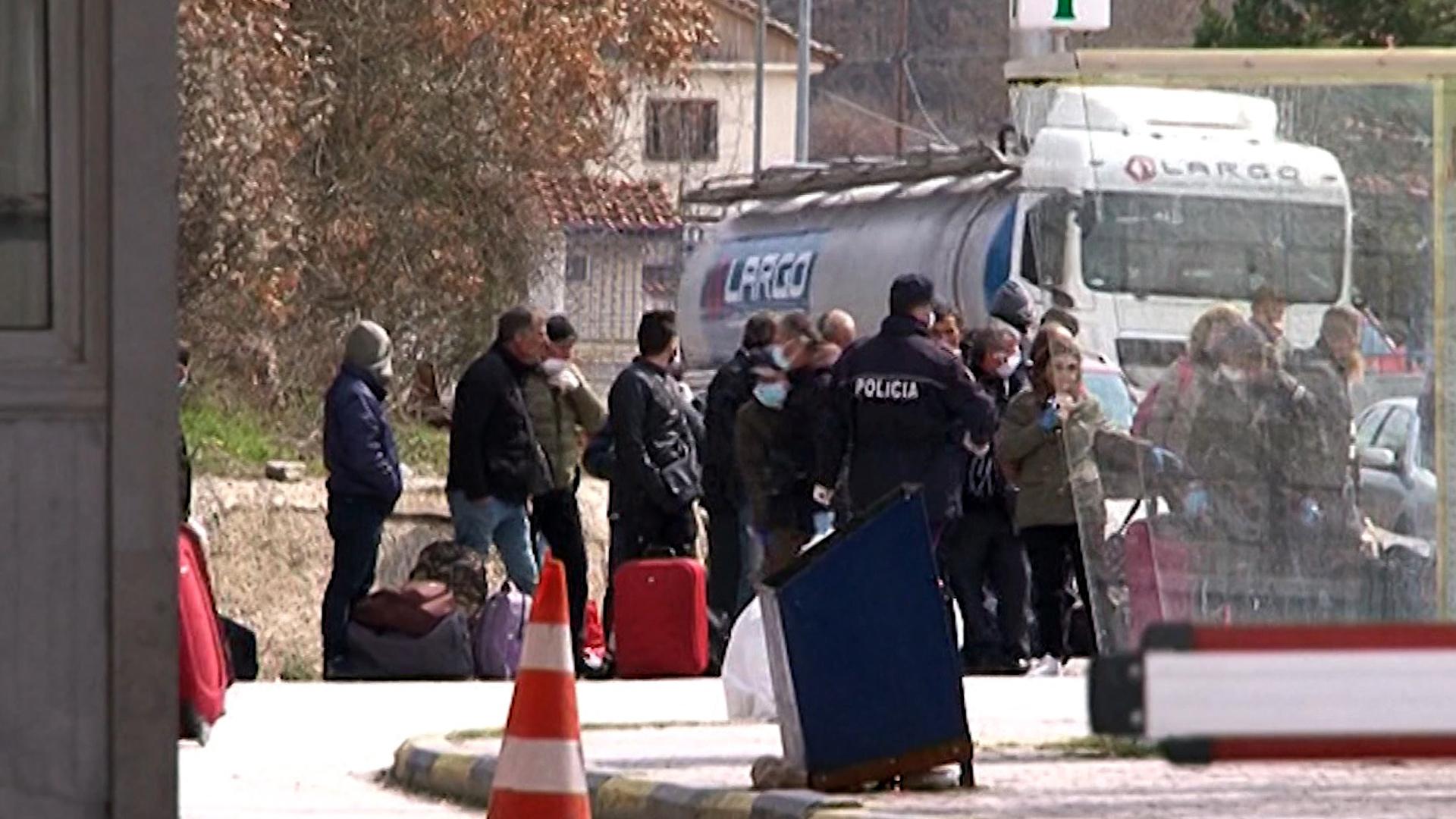 23 shqiptarë vijojnë të jenë të bllokuar në zonën neutrale mes Greqisë e Shqipërisë