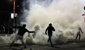 Vazhdojnë protestat e dhunshme në Beograd  serbët përleshen me policinë
