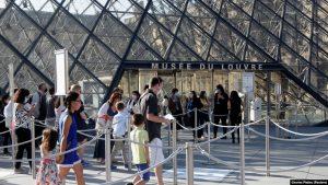 Franca mund të detyrojë mbajtjen e maskës edhe në ambjentet e hapura
