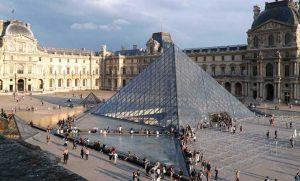 Rihapet Muzeu Louvre në Paris