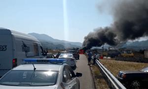 Elbasan  Përfshihet nga flakët automjeti në ecje