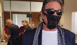 """""""Maska"""" e veçantë e miliarderit/ Mbrohet me të brendshme grash nga COVID-19, arrestohet"""