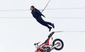 Spektakolar Tom Cruise, thuajse 60-vjeç por hidhet me motor nga 150 metra lartësi