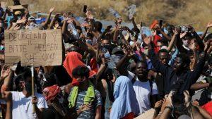 Mijëra refugjatë në Lesbos protestojnë kundër bllokimit, duan liri