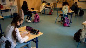 Europa kthen nxënësit në shkolla/ Shumë vende nuk detyrojnë mbajtjen e maskës