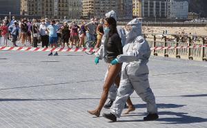 """VIDEO/ Vajza e infektuar me COVID shkon për të bërë """"surf"""", por arrestohet nga policia"""