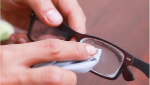 2 mënyra pastrimi që largojnë çdo gërvishtje nga syzet tuaja