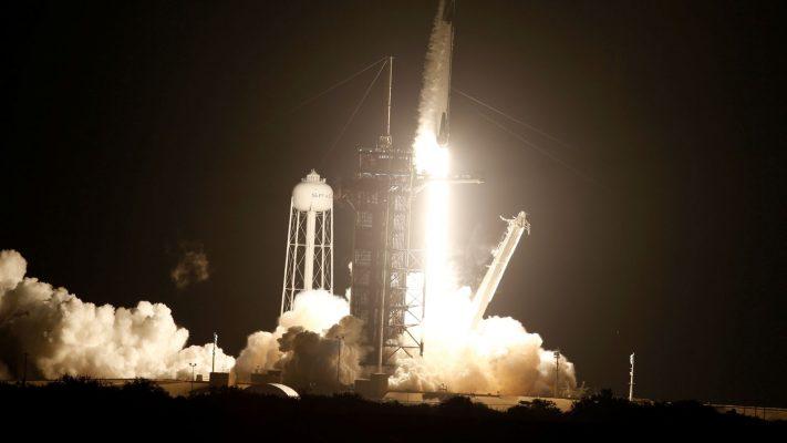 """""""Falcon-9"""" niset drejt hapësirës/ """"SpaceX"""" çon astronautët me mision në orbitë"""