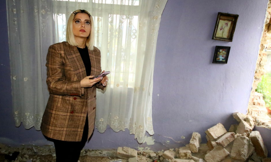 VIDEO/ Bebe Rexha rindërton shtëpinë e shkatërruar nga tërmeti në Bubq