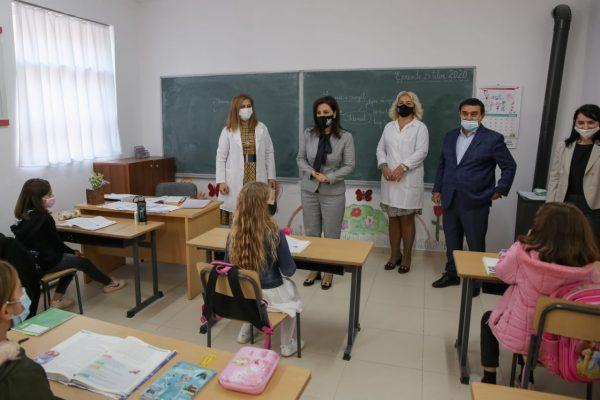Pushimet e fundvitit/ Ministrja Kushi jep lajmin: Shkolla do të rinisë më 11 janar