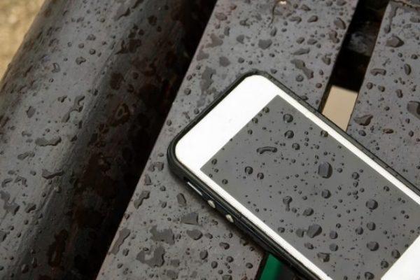 Çfarë duhet të bëni dhe çfarë jo nëse ju bie telefoni në ujë