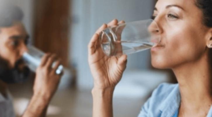 Studimi/ Ja pse nuk duhet të pini ujë gjatë vaktit