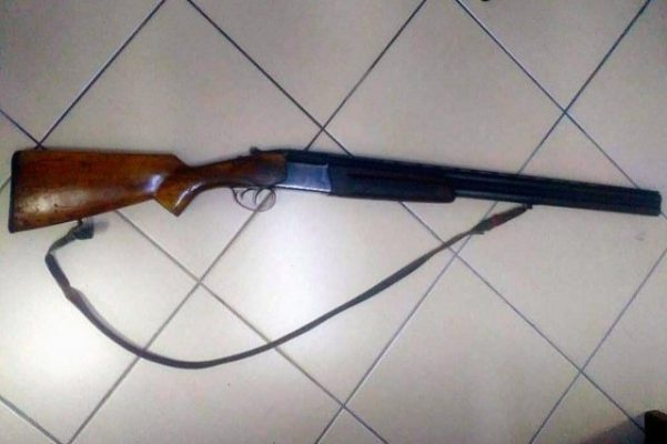 59 vjeçarja vret veten me armë gjahu në shtëpi