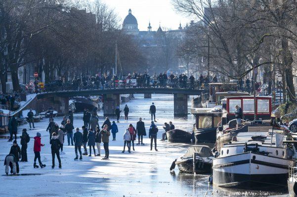 Pamje të rralla/ Pistë patinazhi në kanalet hollandeze