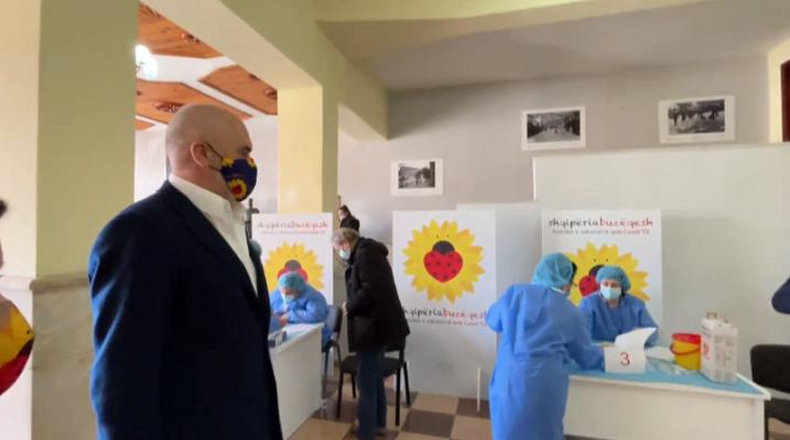 Nis vaksinimi edhe në Berat/ 150 mjekë e infermierë bëjnë injeksionin