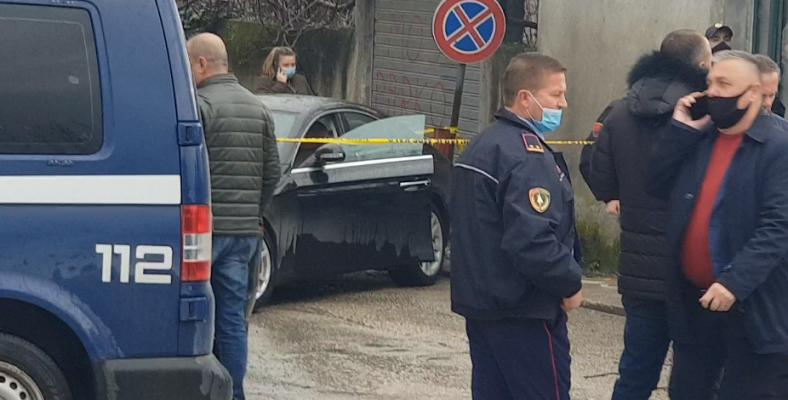 Të shtëna më armë në Fier, një person vritet brenda makinës së tij