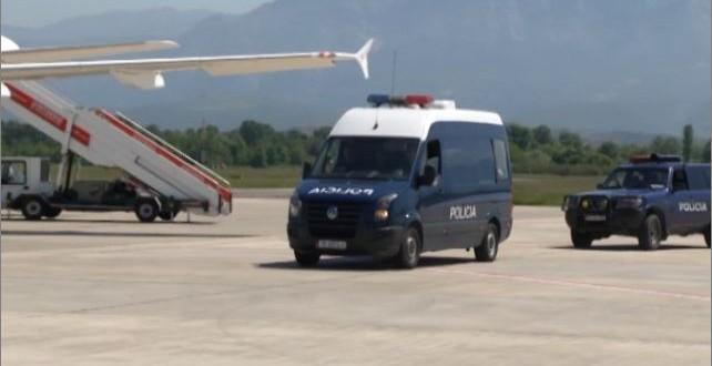 Grup kriminal. drogë dhe tentativë vrasje, Interpol Tirana ekstradon tre të kërkuar