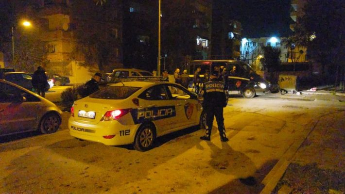 U konfliktuan për një vend parkimi/ 45-vjeçari plagos me armë nënë e bir në Durrës