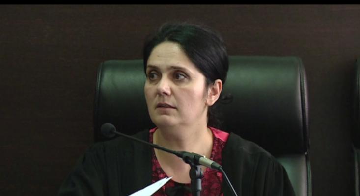 Gjyqtarja Enkeleda Hoxha shoqërohet në KLGJ