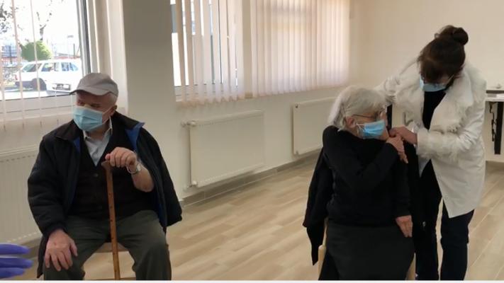 Të moshuarit refuzojnë vaksinën në Gjirokastër/ 10 qytetarë mbi 90 vjeç nuk paraqiten