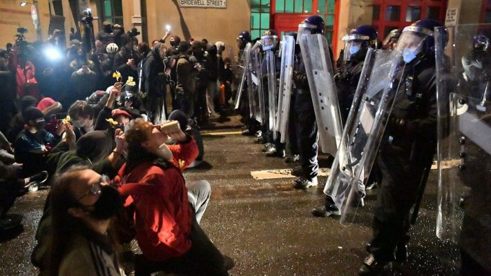 Protesta kundër ligjit të Policisë/ Tubuesit në Britani përleshen me forcat e rendit