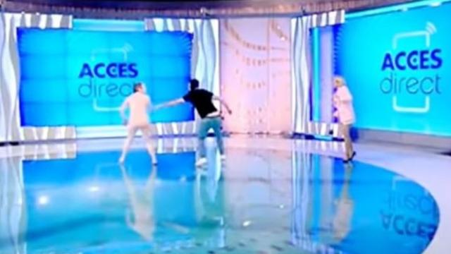 E papritur/ Gruaja futet nudo në studio dhe gjuan me tullë prezantuesen (VIDEO)