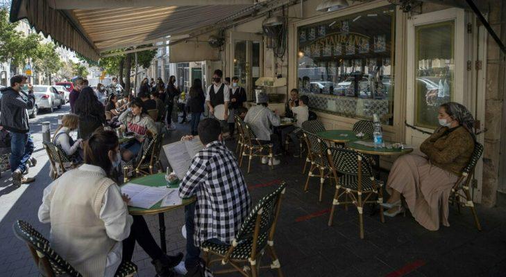 Më shumë se gjysma e popullsisë e vaksinuar, Izraeli rihap restorantet dhe kafenetë