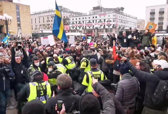 Protesta kundër kufizimeve/ Mijëra njerëz kërkojnë që t'u jepen fund masave