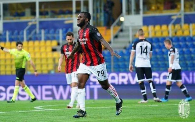 Milan blindon zonën Champions, fiton në Parma me 10 lojtarë