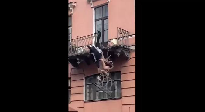 Po grindeshin me njëri-tjetrin në ballkon, çifti bie nga kati i dytë (VIDEO)