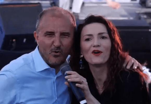 """""""Një ditë e paharrueshme""""/ Ambasadori i BE-së ia merr këngës në Korçë"""