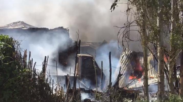 Panik në Berat/ Shkrumbohet shtëpia nga zjarri