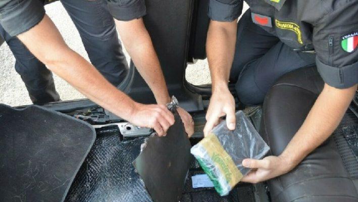 Nga Shqipëria drejt Italisë/ Kapet kamioni i mbushur me drogë
