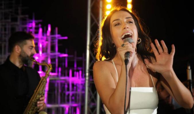 """Elhaida Dani ndez atmosferën në """"Festivalin e Resë"""" në Tiranë"""