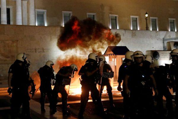 Vaksinat me detyrim/ Dhunë e flakë në Athinë, shumë të arrestuar