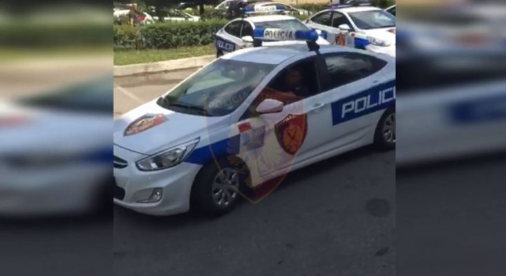 Vodhi targat e tre automjeteve në qytetin e Korçës/ Vihet në pranga autori i dyshuar